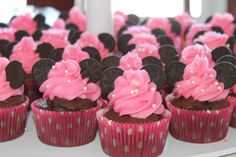 Minnie Mouse (or with changes could easily be Mickey Mouse) cupcakes. Great idea and definitely a great idea for a kids party! Minnie Birthday, Birthday Fun, First Birthday Parties, Birthday Ideas, Minnie Cupcakes, Cupcake Cakes, School Cupcakes, Party Cupcakes, Birthday Cupcakes