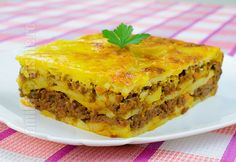 Musaca de cartofi – reteta video via @JamilaCuisine Beef Recipes, Cooking Recipes, Vegan Challenge, Good Food, Yummy Food, Romanian Food, Romanian Recipes, Carne Picada, Vegan Meal Prep