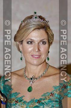 Dîner de gala au Palais national d'Ajuda à Lisbonne en l'honneur du roi et de la reine des Pays-Bas. La reine Maxima portait une parure de diamants et émeraudes. (Copyright photos : www.ppe-agency.com)