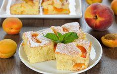 La torta alle albicocche è un dolce soffice e dal sapore coinvolgente, perfetto per la colazione o la merenda di grandi e bambini