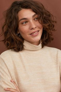 krullend haar Rollkragen Top - Beige m - Sarah Bohm Shaved Side Hairstyles, Long Face Hairstyles, Headband Hairstyles, Natural Hairstyles, Hair Updo, Cute Short Curly Hairstyles, Quince Hairstyles, 1950s Hairstyles, New Hair