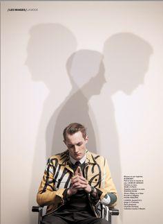 """""""Ombres & lumières"""" Photographe Pablo Arroyo Réalisation Jean-Michel Clerc - Blouson en cuir imprimé, BURBERRY. Pull en laine et cravate en soie, GIORGIO ARMANI. Chemise en coton, MARC O POLO. Pantalon oversized en coton WOOYOUNGMI. Montre Ellipse en or blanc bracelet en alligator, PATEK PHILIPPE. CASSINA, fauteuil LC1, design Le Corbusier, Pierre Jeanneret, Charlotte Perriand, Collection Cassina I Maestri."""