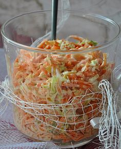 Surówka z marchewki, jabłka, pora i korzenia pietruszki - Damsko-męskie spojrzenie na kuchnię Cooking Recipes, Healthy Recipes, Polish Recipes, Coleslaw, Food Design, Food Dishes, Love Food, Salad Recipes, Food To Make
