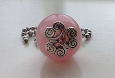 Bedel voor aan ketting van een 22mm roze acryl kraal met aan beide kanten een sierlijke kraalkap.