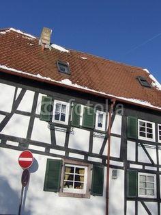 Fachwerkhaus im Winter vor blauem Himmel in Großauheim am Main bei Hanau in Hessen