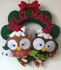 Guirlanda de corujas corujinhas em feltro Christmas Fabric, Christmas Crafts For Kids, Felt Christmas, Homemade Christmas, Christmas Snowman, Christmas Wreaths, Christmas Ornaments, Felt Crafts, Diy And Crafts