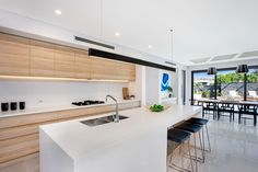 Beautiful beach style kitchen in polytec Natural Oak Ravine. http://www.polytec.com.au/colour/natural-oak/