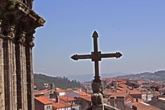La Cruz de los Farrapos vigilando la ciudad de Santiago.