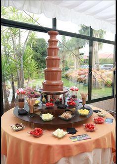 Una preciosa fuente de chocolate para boda debidamente adornada