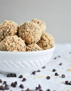 Looking for a snack idea to curb your sweet tooth? Check out these Quick and Easy No-Bake Oatmeal Peanut Butter Bites. This recipe is speckled with chocolate chips—making it a wonderful alternative to dessert as well! Healthy Desserts, Delicious Desserts, Yummy Food, Tasty, Healthy Recipes, Easy Recipes, Peanut Butter Bites, Desserts Sains, Snack Recipes