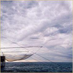 Fili sottili tra cielo e terra. La #PicOfTheDay #turismoer di oggi ascolta la voce del #mare sul #molo di #Rimini. Complimenti e grazie a @veoeov / Thin threads between sky and earth. Today's #PicOfTheDay #turismoer listens to the #sea's voice standing on the #dock of #Rimini. Congrats and thanks to @veoeov