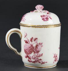 Lot : SEVRES – Gobelet et un couvercle en porcelaine tendre à décor en camaïeu pourpre[...] | Dans la vente Porcelaines Anciennes à Pescheteau-Badin
