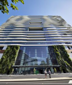 Medibank - Australia's largest health insurance provider - commissioned a head office advocating a healthy body, mind, and spirit. Hassell Studios has built a super-chill greenspace for employees. Hopefully this is a trend that continues to go global. World Architecture Festival, Architecture Awards, Sustainable Architecture, Landscape Architecture, Biophilic Architecture, Green Architecture, Green Facade, Interior Fit Out, Urban Fabric