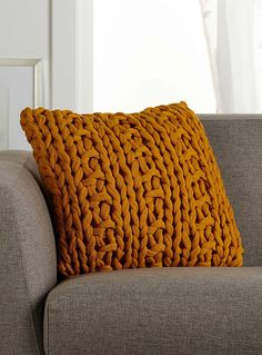 Exclusively from Simons Maison A fashionable blend of knitted textures that brings warmth and comfort to your decor. - Solid reverse side in matching colours - Washable with removable cover and zip - 45 x 45cm