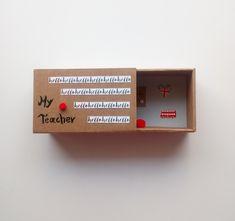 Πρωτότυπη Ευχετήρια Κάρτα σε Κουτί σε σχήμα Σπιρτόκουτου !! Η διάστασή του είναι 8.9 x 14.4 x 5.7cm  Πες απλά ένα ευχαριστώ , πες ένα hello !! Όμορφο δωράκι για την καθηγήτρια αγγλικών ή την δασκάλα !  Μπορείς να προσθέσεις το μήνυμά σου ή ένα μικρό γράμμα με όλα αυτά που έχεις να της πεις! My Teacher, Floating Shelves, You And I, Box, Cards, Decor, You And Me, Snare Drum, Decoration