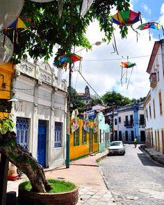 Olinda a apenas 10km de Recife é demais. Alegre, colorida, repleta de casas e igrejas barrocas, charmosa com restaurantes e pousadas , e ainda com uma linda vista de Recife ❤️! Muita gente faz bate e volta de Recife, mas sugiro se hospedar lá por pelo menos uma noite. Recomendo muito a Pousada do Amparo @pousadadoamparo e um jantar no tradicional Beijupirá @beijupira !