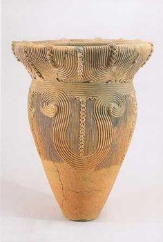 深鉢型土器  (殿林遺跡 重要文化財) 曽利式に分類される縄文中期の土器。桃源郷の縄文遺跡