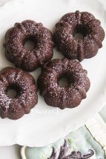 Mini Brownie Bundts are the perfect personal dessert for brownie and chocolate lovers, made with rich dark chocolate! Mini Desserts, Delicious Desserts, Dessert Recipes, Mini Bunt Cake Recipes, Mini Cake Pans, Plated Desserts, Mini Brownies, Brownie Cake, Bunt Cakes