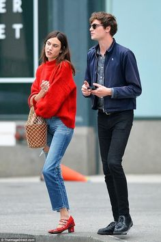 Alexa Chung revisits romance with Matt Hitt in NYC - True story: Alexa and Matt, who first started dating in 2014 three years after they met, have been - Athleisure Trend, Athleisure Fashion, Pantalon Bleu Marine, Mode Outfits, Fashion Outfits, Womens Fashion, Casual Office Fashion, Alexa Chung Style, Alexa Chung Hair