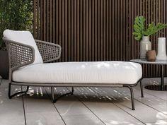 chaise longue en polypropylène, métal et tissu par Minotti, table d'appoint ronde et dallage en béton