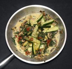 Gebratene Zucchini an einer Sauce aus Schalotte, Champignon, Blattspinat und fein geschnittenen Tomaten, gewürzt mit frischem Basilikum und etwas Balsamico.