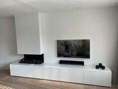 Strak meubel voor tv en ingebouwde elektrische open haard. Maatwerk tv dressoir, shop de stijl op onze site.