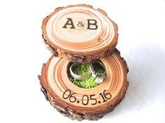 Ring Bearer boîte - essayer quelque chose de différent pour votre mariage des bois avec ma boîte de bois anneau original. Chaque pièce est fabriqué avec une branche de bois récupéré dans les montagnes de la Sierra Nevada de Californie du Nord. Seulement les plus beaux arbres tombés servent à confectionner ces oreillers anneau. Le branding personnalisé de votre choix peut être ajouté à la partie supérieure de la boîte à bagues.   * Anneau de mariage boîte mesure environ 2,5 à 3,5 pouces de…