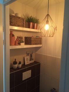 Get the look: Budget €100,-. In deze blog zal ik laten zien, hoe je een wc (mijn wc) kunt stylen door middel van accessoires en materialen. En dit allemaal met een budget van +- €100,-.