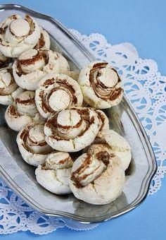 Ağızda dağılan, eriyen kurabiyeleri seviyorsanız, bu kurabiyeyi de seveceksiniz demektir. Çalışırken yapımı kolay ve tadı garanti olan tarifleri seçerdim genellikle, mantar kurabiye de onlardan bir…