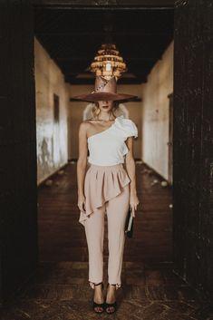 pantalon pitillo color rosa con cintura marcada y peplum perfecto para combinar con top o blusa ideal para invitadas bodas comuniones graduaciones bautizos eventos apparentia