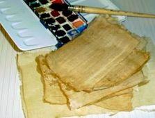 Egypte  peindre sur des papyrus home-made  Rectangles de gaze (en pharmacie) Colle d'amidon (colle à poisson, colle de bricolage, colle pour papier peint) Un peu de café pour colorer Un pinceau souple Une feuille de plastique De l'eau