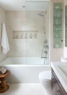 Modern fürdőszoba, fürdőkád és tiszta üveg kádparaván