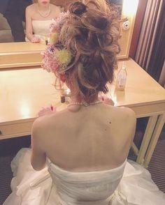 Love this Japanese style all done up hairdo. So sweet looking. #japanesestyle #bridalhairdo
