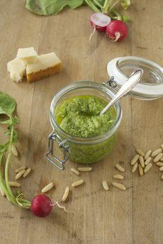 Radieschenblatt-Pesto |      80g Blätter und Stiele vom Radieschen     50g Pinienkerne     70g Parmesan, frisch gerieben     ca. 200ml Rapsöl     Salz, Pfeffer