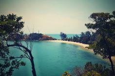 Nach den Touristenmassen auf Koh Phi Phi hatten wir uns ein etwas ruhigeres nächstes Reiseziel ausgesucht: die Insel Koh Lanta. Unser Hotel Bali Beach Bungalows am Klong Khong Beach war der erste F…