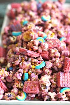 Pink and gold mix together with this rainbow unicorn popcorn recipe Perfect for birthday party or a kid s snack just for fun Kinder Party Snacks, Snacks Für Party, Party Party, Party Time, Snack Mix Recipes, Popcorn Recipes, Snack Mixes, Smoothie Recipes, Unicorn Party
