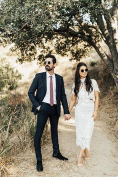We are obsessed with this couple's cool laid back wedding style | Image by Amazonas Photography #weddingphotography