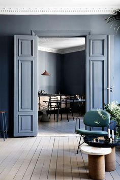 blue interior trend - blue interiors - blue walls - colour trends 2017 - colour 2017 - denim drift - colour of the year 2017 - blue paint trend - dulux denim drift❣️~ Style By Gj *~ Dark Interiors, Colorful Interiors, Interior Decorating, Interior Design, Interior Modern, Interior Doors, Pastel Interior, French Interior, Classic Interior