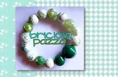 Bracciale realizzato con sfaccettate in agata di fuoco crackle e perle in radice di smeraldo.