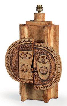 JEAN DERVAL (1925-2010) POUR ROGER CAPRON Résultat : 800 € Vase modèle «Lune et soleil» Grès émaillé à décors incisés Signé Vers 1970 H_36 cm L_27 cm P_17 cm