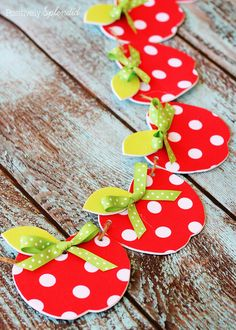 A craft tutorial for an easy no-sew fabric apple garland. Apple Garland, Fall Leaf Garland, Apple Classroom, Classroom Decor, Jewish Crafts, Apple Activities, Apple Decorations, Apple Theme, Crafts For Kids