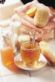Honing is een waar beauty product. Vanwege zijn ontstekingsremmende en hydraterende werking. Je kan er een masker van maken, maar honig is ook goed om op je schrale lippen te smeren. Het hersteld de huid. Hoe maak je een honing masker: Meng 1 theelepel honing en yoghurt met elkaar en klaar is je masker. Heb je een droge huid, dan kan je ook 2 theelepels honing gebruiken. Als je een wat hardere honing hebt, kan je die smeerbaarder maken door hem een paar minuutjes op te warmen in de magnetron