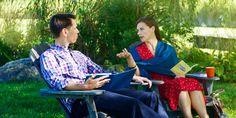Una testigo de Jehová hablando de la Biblia con su esposo nocreyente