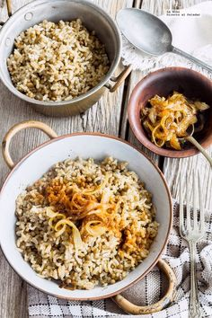 Lentils with rice and caramelized onion. Tasty Vegetarian Recipes, Raw Food Recipes, Veggie Recipes, Healthy Recipes, Healthy Food, Deli Food, Lebanese Recipes, Snacks, Dessert
