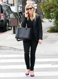 Reese Witherspoon Photo - Reese Witherspoon Does a Little Christmas Shopping