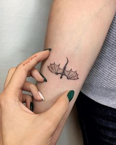33 Popular Subtle Tattoo Ideas Your Parents Wont Even Mind Tattoos And Body Art tatoo flash Small Dragon Tattoos, Dragon Tattoo Designs, Tattoo Designs For Girls, Cute Dragon Tattoo, Dragon Tattoo For Women, Tattoos Of Girls, Tattoos For Parents, Dragon Tattoo Chest, Henna Designs