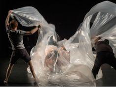 """Corpos nus, água e grandes pedaços de plástico transparente compõem as experiências realizadas no palco durante o espetáculo de dança """"Pindorama"""", que fica em cartaz no Sesc Pompeia de 25 de abril até 4 de maio."""