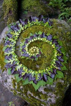 A page with ideas for temporary natural embellishments to a labyrinth http://alternatives.blog.lemonde.fr/2014/08/10/cinq-idees-dactivites-nature-et-recup-pour-les-vacances/