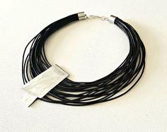 Zwarte lederen verklaring ketting populaire ketting lederen ketting hedendaagse sieraden asymmetrische sieraden Multi strand ketting.