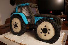 Piparitraktori. Mieheni teki kaavat netistä ottamastaan Valmetin kuvasta. Toteutusvaiheen teimme miehen kanssa yhdessä. Traktorin lasit on tehty sokerikarkeista, renkaat marsipaanista ja koko komeus koristeltu pikeerillä. By Jenni